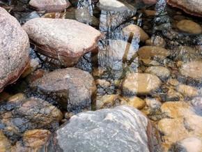 Wasser zwischen Steinen - Tauchpumpe